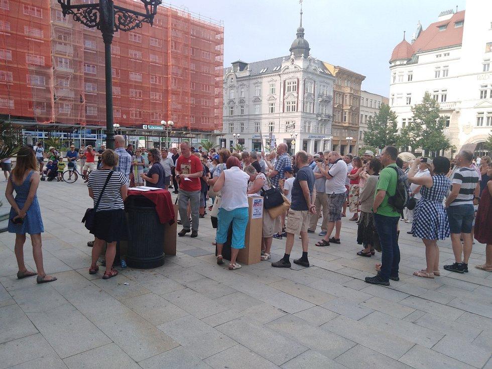 Demonstrace za nezávislou justici a proti vládě 11. června v Opavě na Horním náměstí.