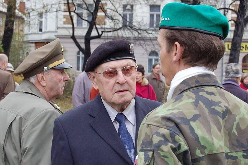V deset hodin dopoledne se Opavané sešli u Památníku obětí totalitních režimů na náměstí Slezského odboje. Potěšující bylo, že mezi sto padesáti přítomnými nebyli jen oficiální osoby, ale také řada běžných občanů.