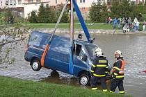 Dvě jednotky profesionálních hasičů lovily ve středu odpoledne z rybníka uprostřed obce Služovice dodávkový automobil Fiat Ducato.
