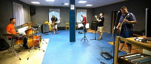 Na snímku je zkouška kapely Cluncer. Zleva bubeník Martin Švan, baskytarista Jan Lasák, kytarista David Švan, zpěvák Michal Sněhota a kytarista Petr Slivka.