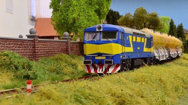 Více než dvě stě padesát metrů kolejí, po nichž se prohánějí vlakové soupravy, které brázdily železnice až do roku 1990. To je kolejiště ve Lhotě, jediné svého druhu v kraji.