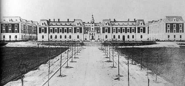 Tak vypadala Dukelská kasárna ještě jako Rudolfova v době svého vzniku.