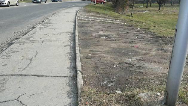 Chodník i zeleň jsou ve velmi špatném stavu.