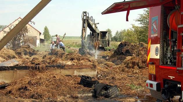 Hasiči likvidují následky posledního požáru.