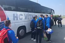Opavský basketbalový tým na cestě do Děčína musel měnit autobus.