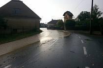 Voda do Bratříkovic stekla z polí.