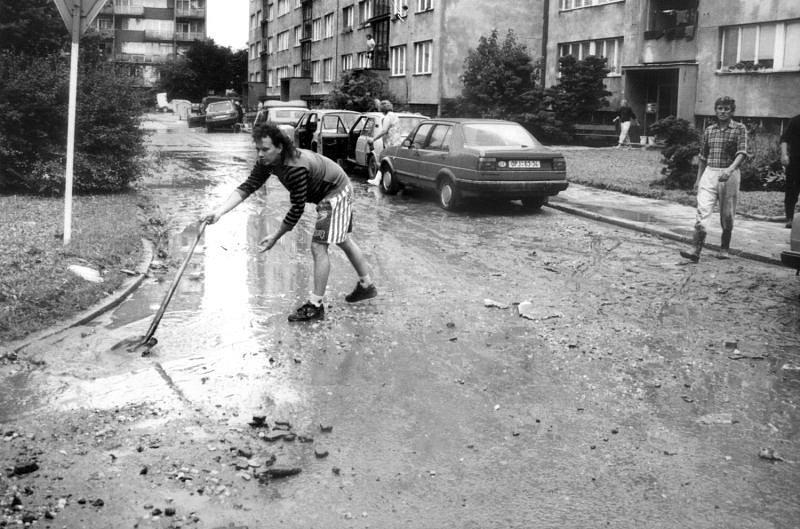 Obyvatelé Kateřinek měli po opadnutí povodňové vlny co dělat, aby následky záplav odklidili. Tato fotografie byla pořízena v ulici Grudově.
