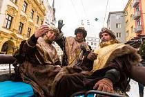 Do Tříkrálové sbírky Charity Opava se pravidelně zapojují také herci Slezského divadla. Ani letošek nebyl výjimkou. Martin Táborský (vpravo), Rudolf Medňanský (uprostřed) a Zdeněk Kapl se v pondělí odpoledne převlékli za Kašpara, Melichara a Baltazara.