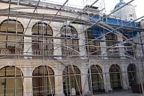 Oprava části střechy na Zámku Kravaře by měla být hotova letos na podzim.