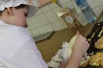 O tom, že se řemeslo vyplatí, svědčí například obor cukrář. O práci cukrářů je zájem, je jich ale čím dál méně. Fotografi e zachycuje praktickou výuku žáků Střední školy hotelnictví a služeb a Vyšší odborné školy v Opavě.