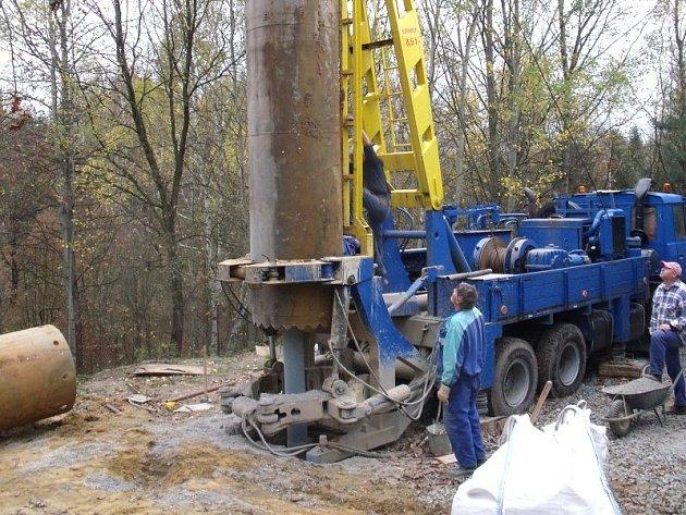 Nový zdroj pitné vody v Závadě by měl být v provozu někdy během března příštího roku.