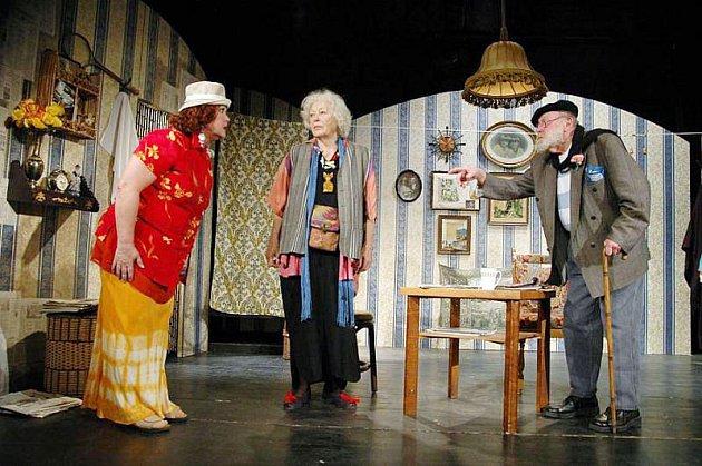 Komedie Manžel pro Opalu se pyšní opravdu skvělým hereckým obsazením.