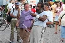 Klasickým příkladem, kdy se ukázal důvod k omezení pití na veřejnosti, byl loňský koncert Tonye Graves na opavském Dolním náměstí. Ten nechala manažerka zpěvačky ukončit předčasně, protože se bála, že opilí tanečníci u pódia napadnou hudebníky.