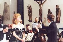 Vždy půvabná a elegantní pěvkyně Olga Procházková.