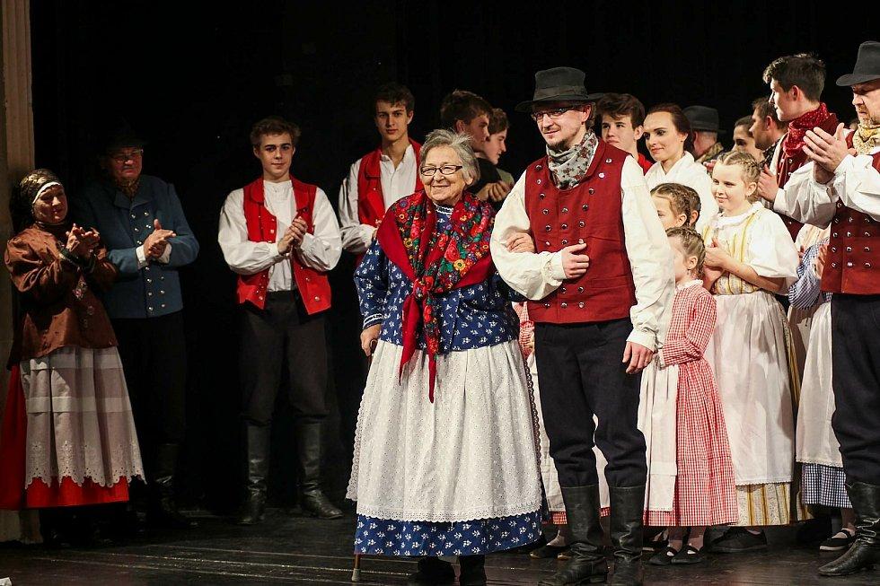 Uprostřed stojí zakladatelka souboru Úsměv Olga Wajdová.