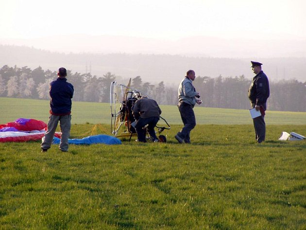 Kluzák se zřítil krátce před přistáním na poli poblíž Stěbořic. Pilot neměl šanci, záchranáři ho našli už mrtvého.