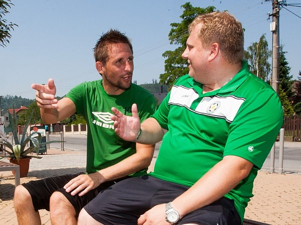 Snímek ze soustředění FC Hlučín vŽimrovicích uHradce nad Moravicí. Martin Hanus, vpravo Daniel Černaj.