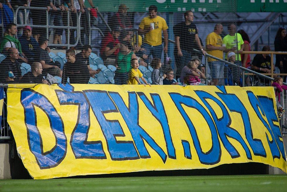Opava - Zápas 7. kola Fortuna národní ligy (FNL)  mezi SFC Opava a FK Pardubice. Transparent, fanoušci, Džeky