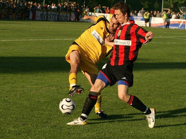 Trenér Jiří Neček dává prostor maldým útočníkům. Na Dukle se mezi střelce zapsal devatenáctiletý Milan Halaška.