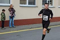 Veřejný běh kolem komína Modelu. Na fotografii vítěz loňského ročníku mužské kategorie Roman Janeček.