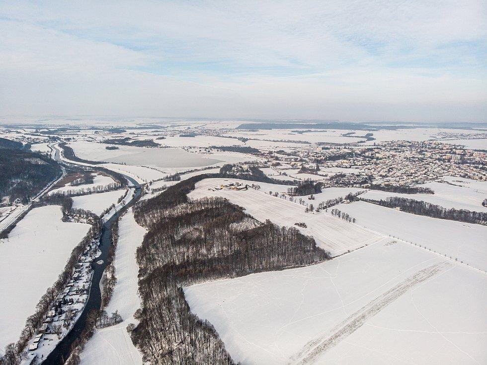 Záběry hlučínské štěrkovny a jejího okolí z dronu.