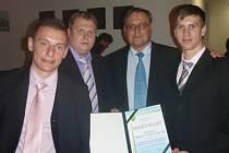 Za sport. kolektiv Hlučína v roce 2011, družstvo dorostenců U19, si od starosty města Pavla Kubuše (ČSSD) cenu převzali kapitán postupujícího týmu Vladimír Coufal (vlevo), současný kapitán Ondřej Pyclík (vpravo) a manažer mládeže FC Hlučín Daniel Černaj.