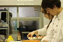 Každým rokem vyjde ze škol spousta absolventů. Kuchař je jedním z povolání, v němž se zaměstnání bez praxe neshání snadno.