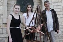 Na fotografii (zprava) Rostislav Herrmann se studentkami Zuzanou Niemynarzovou, Lucií Gattnerovou a plastikou.