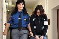 Bezcitná matka. Veronika Sieberová přichází do soudní síně. Za to, že chtěla zavraždit své dítě, dostala pětadvacet let. Výrok soudu je již konečný, možné je pouze využití mimořádného opravného prostředku v podobě dovolání k Nejvyššímu soudu ČR v Brně.