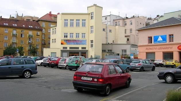 Centrum Opavy. Ani dvacetikorunová hodinová taxa neodradí lidi od toho, aby zde parkovali.