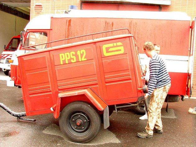 Horšičtí hasiči přebírají v Komárově požární čerpadlo jako náhradu za to, které jim nedávno při zásahu shořelo.