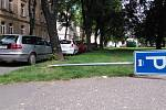 Takový pohled na zlomenou značku označující parkoviště se před několika dny naskytl kolemjdoucím v parku na náměstí Joy Adamsonové v Opavě.