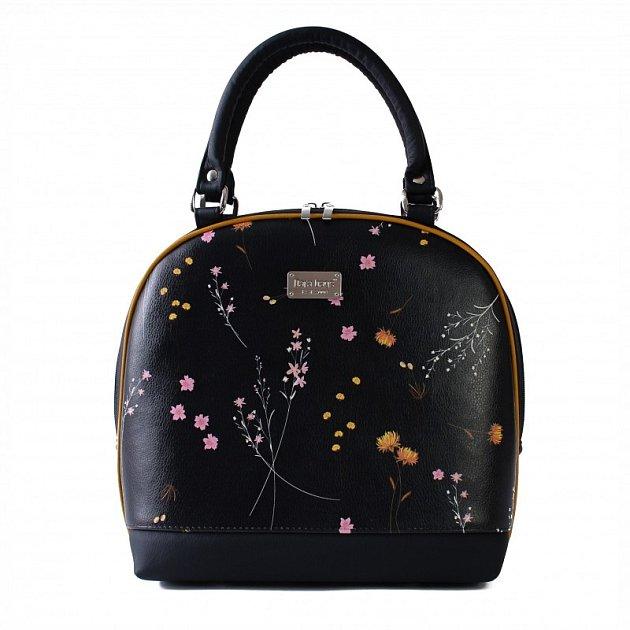 Kabelka majitelky firmy Dara bags. Dara bags je značka ručně šitých kabelek zOstravy. Za značkou stojí Darina Ermisová a její tým, díky kterým je svět kabelek odost barevnějším místem! Nápadité střihy, úžasné barvy, hravé detaily.