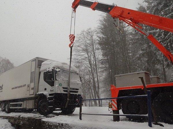 Kamion vBřezové blokoval silnici více než tři hodiny.