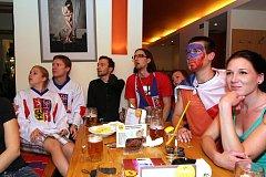 Česká hokejová reprezentace vstoupí do turnaje zítřejším utkáním se Slovenskem. Zápas mohou přijít lidé sledovat například do některého z opavských podniků.
