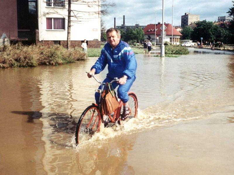 Povodně ustupují. Fotograf zachytil Opavana v Zeyerově ulici v Kateřinkách, když kolem něj projížděl na kole.