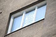Někteří z nájemníků bytového domu na Horním náměstí vyvěsili v oknech svých bytů transparenty.