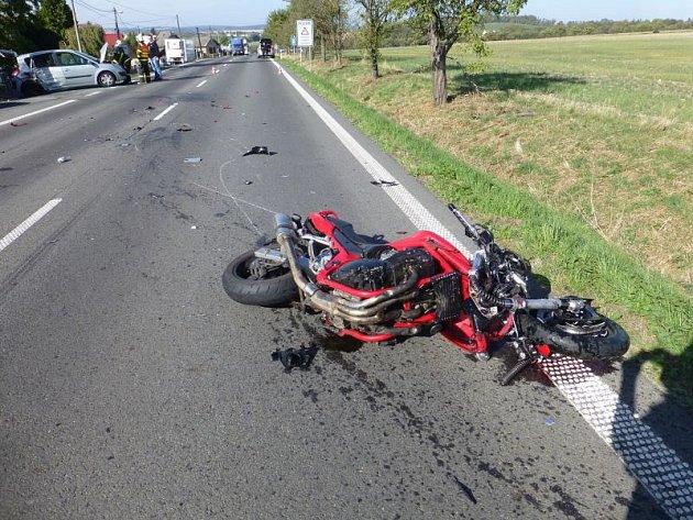V sobotu okolo půl jedenácté dopoledne došlo k závážné dopravní nehodě, při níž se střetl motocykl s autem.
