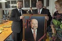 Bývalý primátor Zdeněk Jirásek se na plátně vrátil do své kanceláře na radnici.