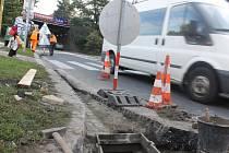 Problematické louže u přechodu přes Olomouckou ulici v Opavě k marketu Lidl zmizí. Stačí snížit úroveň blízkých kanálů, které byly nepochopitelně o bezmála 10 centimetrů výše, než samotný přechod.