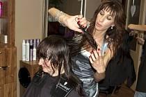 Kadeřnice Salonu Angelina Svatava Volná při jedné z proměn.