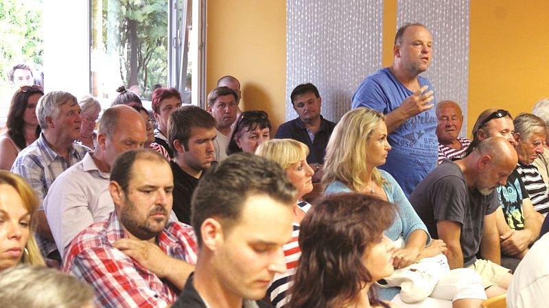 Sál zasedací místnosti ve Slavkově praskal ve švech.