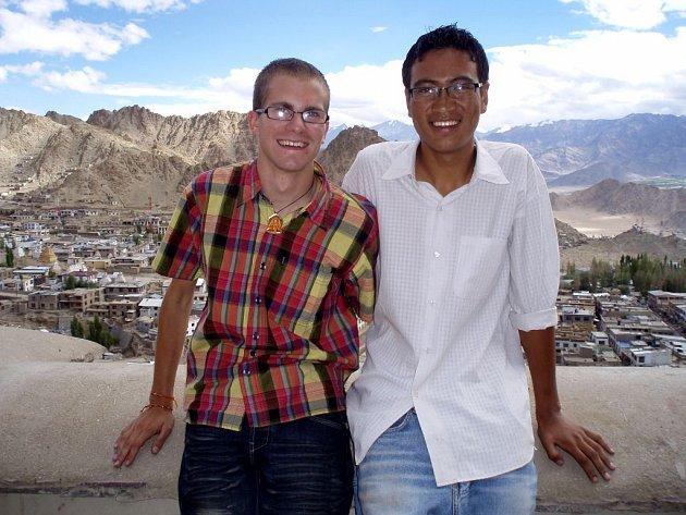 Adam Kubesa. Snímek ze střechy královského paláce v Lehu s kamarádem Namgyalem.