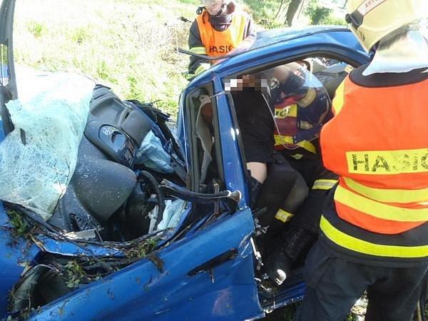 Mladý řidič havaroval vneděli 19.května před osmou hodinou ranní na silnici poblíž obce Bratříkovice, na hlavním tahu zVelkých Heraltic na Jakartovice.