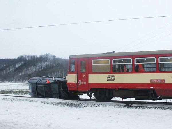 Řidič osobního vozidla dostal smyk a skončil na trati. Onějakou dobu později do jeho vozu narazil osobní vlak.