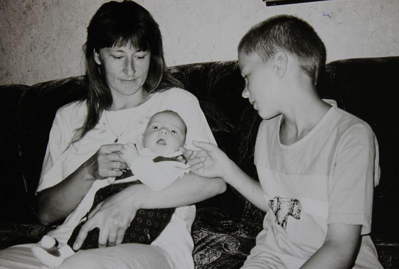 Darja Moslerová s malým synem Dominikem, který se narodil během povodní v roce 1997.