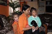 Natálce, které žháři poznamenali život, je dnes pět let. Na snímku se svou sestrou Pavlínou a matkou Annou Sivákovou.