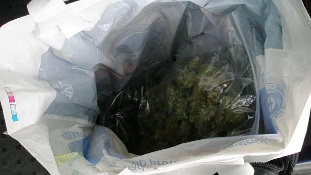 V tašce bylo ukryto bezmála 600 gramů marihuany.