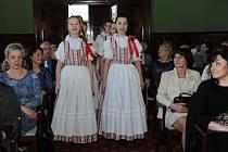 Slavnostní chvíli zpříjemnili učitelkám členové folklórního souboru a cimbálové muziky spolu se sólisty Slezského divadla.