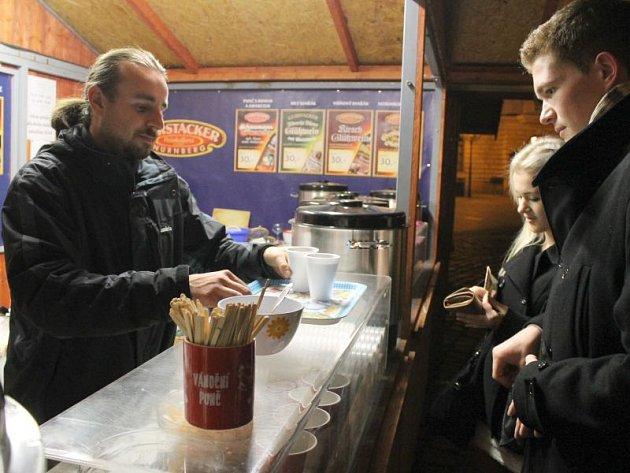 Provozovatel stánku s punčem Zdeněk Šmída se hlavně večer musel řádně otáčet.